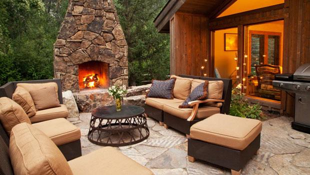 Камина в двора за незабравими вечери на открито