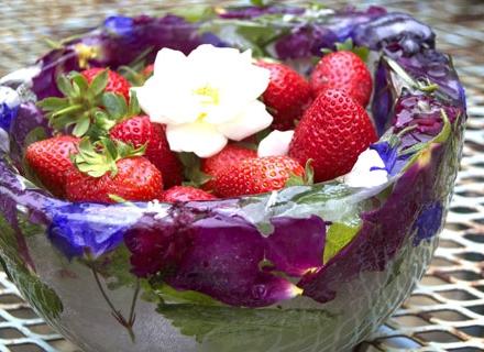 Свежа идея за лятото - да си направим ледена купа с цветя
