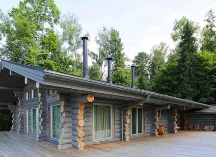 Екстериор и интериор на къща от дървени трупи