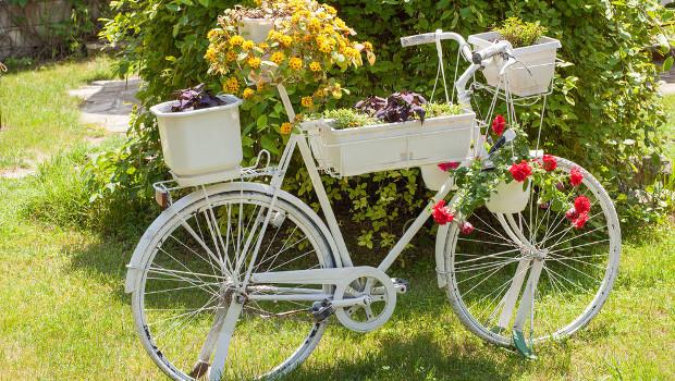 Старият велосипед краси градината
