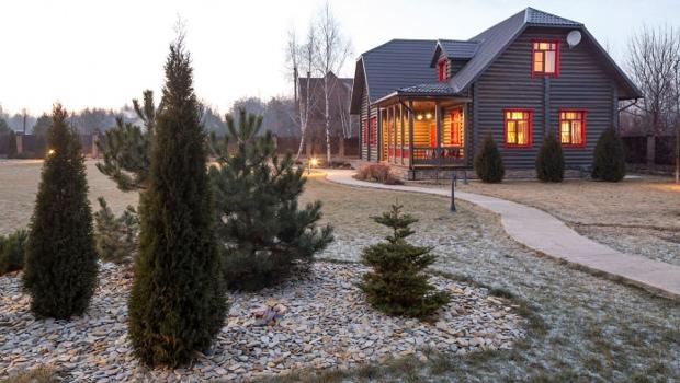 Външен и вътрешен дизайн на дървена къща в кънтри стил