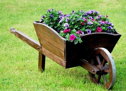 Цветни идеи за старата количка за дърва