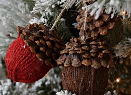 Коледна украса със шишарки