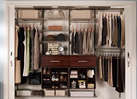 Как да премахнем неприятната миризма от дрехите в гардероба