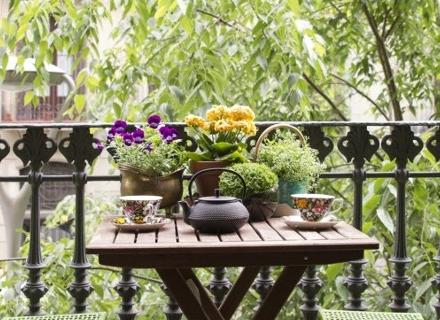 Кът за кафе на балкона