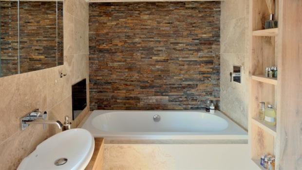 Стилни бани с каменни стени