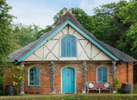 Малка горска къщичка с нестандартна архитектура