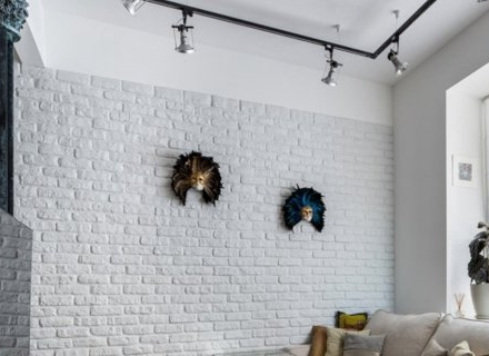 Стилен интериор с бели декоративни тухли
