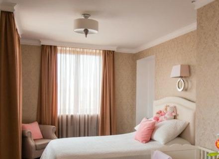 Интериор на спалня с детско креватче