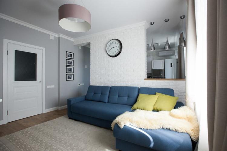 Синият диван в интериора