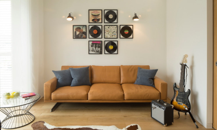 Кафявият диван в интериора