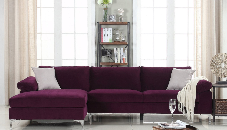 Лилавият диван в интериора