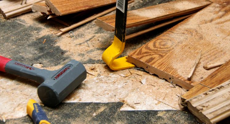 Как да демонтираме старата дървена подова настилка