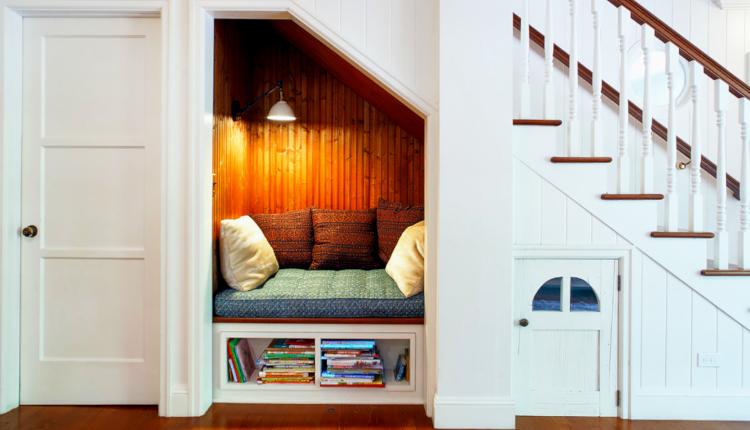 Как да използваме пространството под стълбите