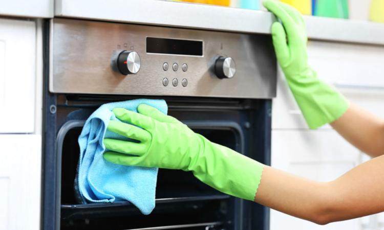 Почистване на фурната с домашни средства