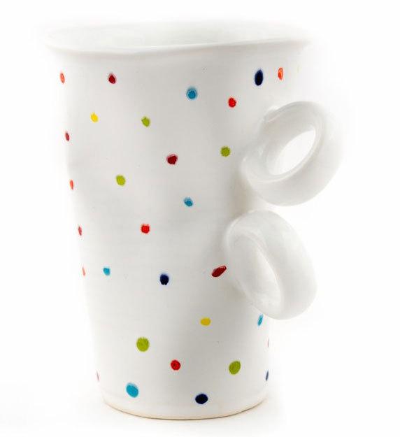 Смачкана порцеланова чаша на пъстри точки